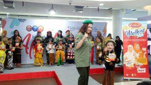 Peringati Kartini, Ibu dan Anak Saling Suap-Suapan Biskuit Kokola 1