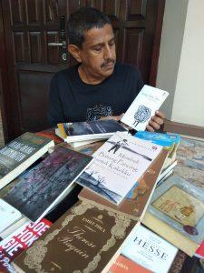Seniman Asal Surabaya Rela Keluarkan Jutaan Rupiah untuk 1 buku 1