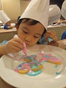 Hotel Santika Latih Skill Siswa PG dan TK Bikin Kue Sambil Bermain 2